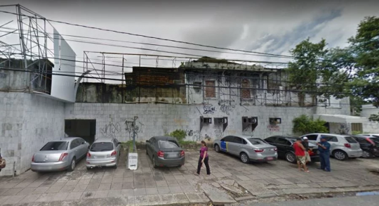 Imóvel abandonado na Av. Visconde de Suassuna, alugado há nove anos.